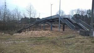 Istniejąca i przeznaczona do remontu kładka nad torami kolejowymi na Błoniu
